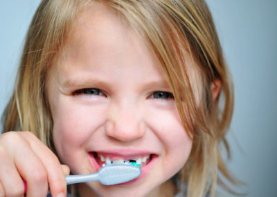 Niña buenos hábitos de higiene dental con la odontología infantil