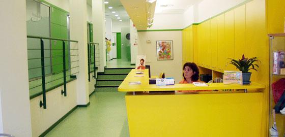 Sala de espera de la clínica dental Orthodontic Figueres