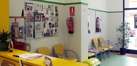 Especialistas en Ortodoncia, sala de espera de la clínica dental Orthodontic Figueres