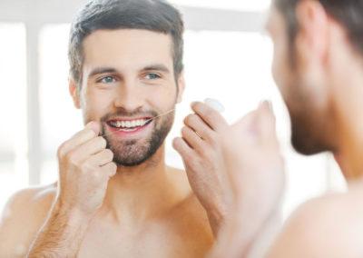 Hombre con sus buenos hábitos de higiene dental odontología conservadora