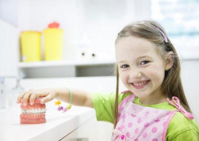 Niña aprende sobre la salud bucodental niños odontología infantil