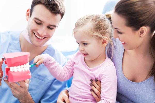 Tratamientos dentales doctor enseña a paciente