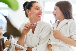 Madre e hija con cepillo de dientes salud dental