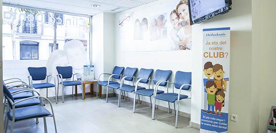 Expertos en ortodoncia, sala de espera de la clínica dental Orthodontic Badalona