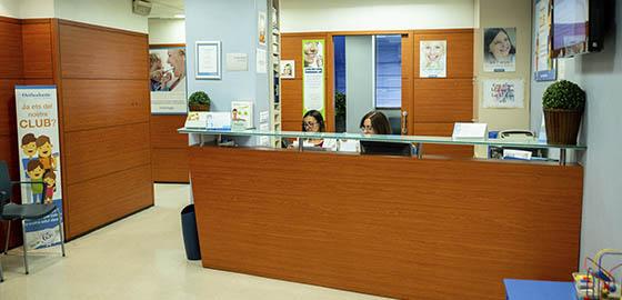 Profesionales en Implantes, recepción de la clínica dental de Barcelona
