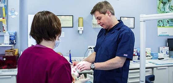 Dr. Rafel Alemany con un paciente, cita en la clínica dental Orthodontic Hospitalet