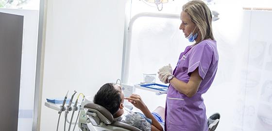 Dra. Penélope Gómez amb un pacient, cita en la clínica dental Orthodontic Vilafranca
