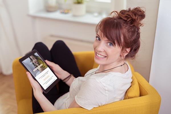 Dona es fa la seva cita virtual gratuïta des de casa