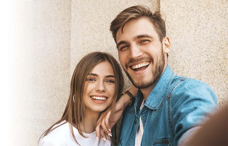 pareja joven feliz lleva retenedores fijos de la clínica dental Orthodontic