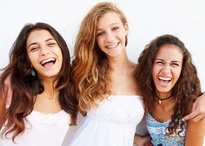 Diferentes tipos de ortodoncia en chicas felices