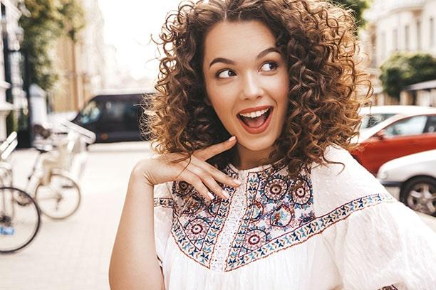 Chica feliz de haber llevado ortodoncia en Orthodontic