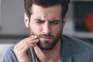 Hombre con urgencia ortodóncica
