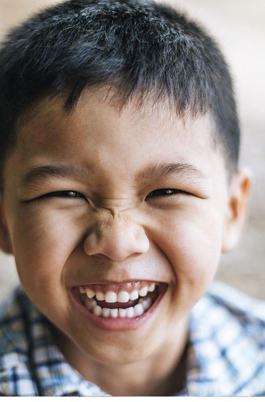 Niño aún tiene los dientes de leche y no tiene caries