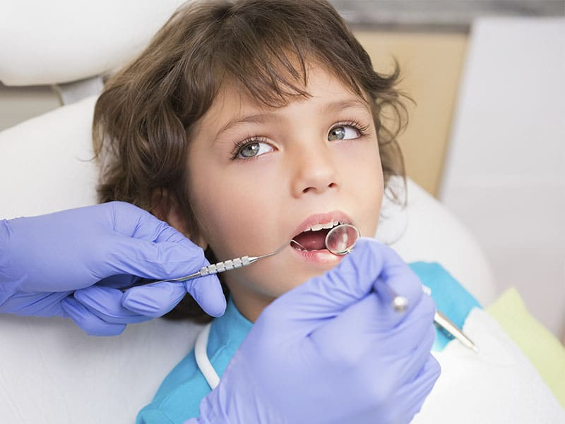 Niño realiza primera revisión de ortodoncia antes de los 7 años