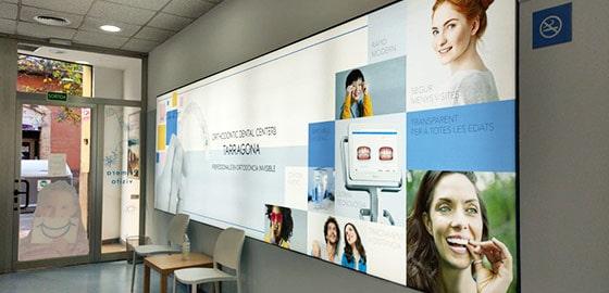 Sala de espera en recepción cartel Invisalign en la clínica dental de Tarragona