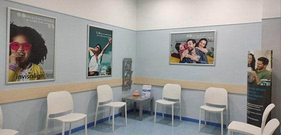 Sala de recepción de la clínica dental de Tarragona