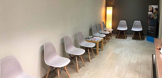 Sala de espera recepción clínica dental Vilafranca