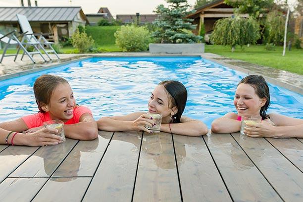 Adolescentes en la piscina amigas