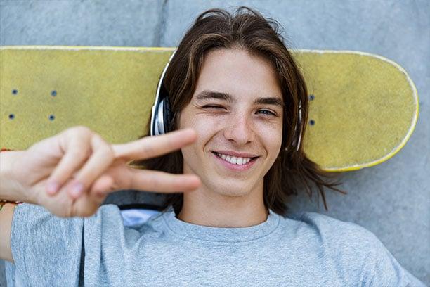 Adolescente protege dientes al practicar deporte